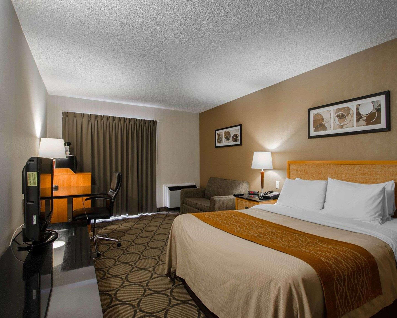Comfort Inn in Prince Albert: Guest room with queen bed