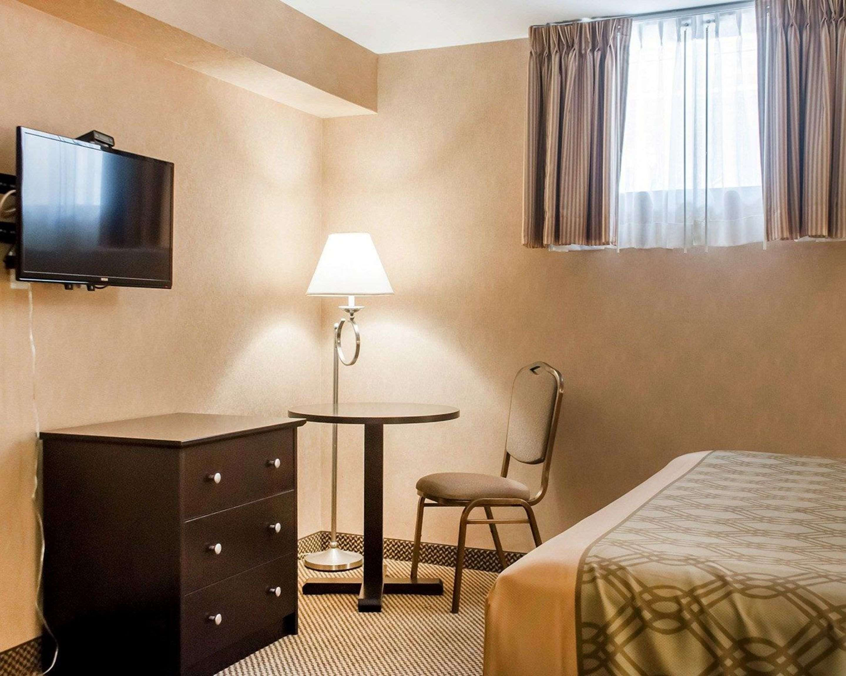 Well-equipped guest room Econo Lodge Woodstock (519)533-6066