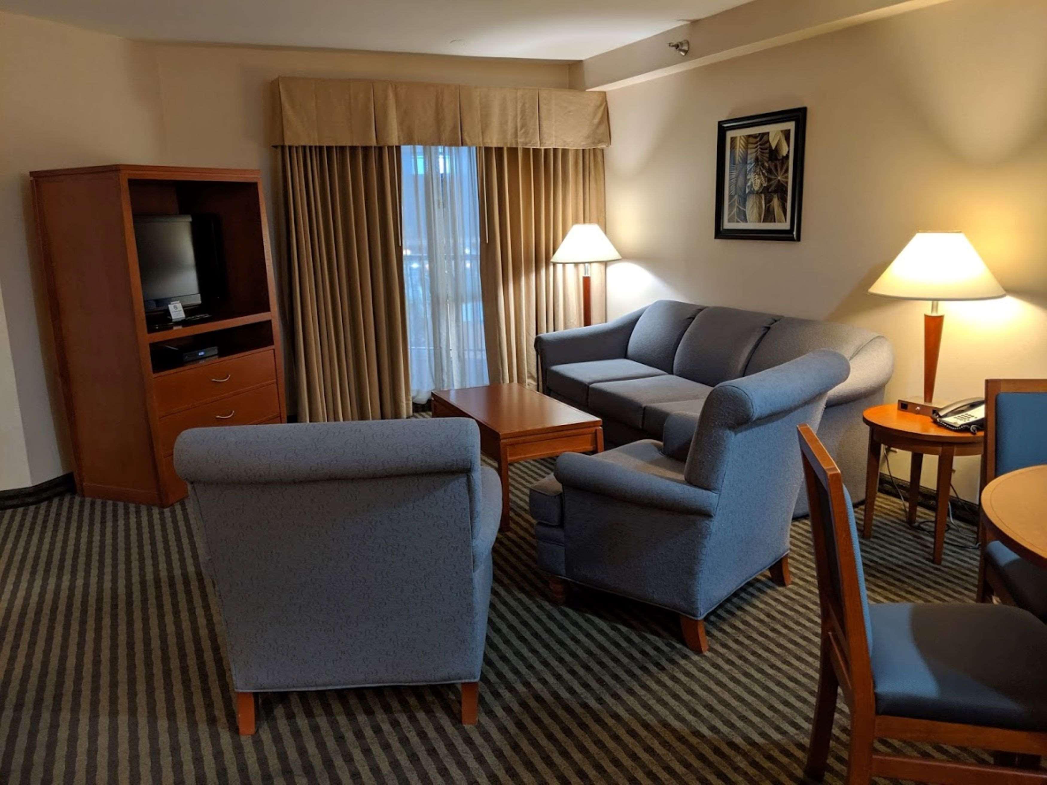 Surestay Hotel By Best Western Chilliwack in Chilliwack: King Suite Atrium Living Room
