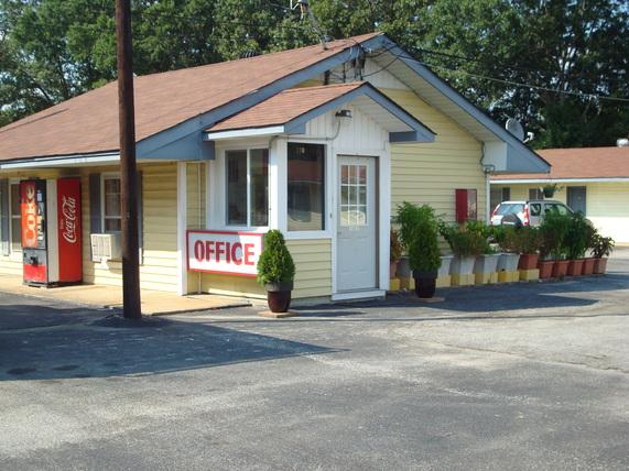College Inn Motel Henderson - Henderson, TN