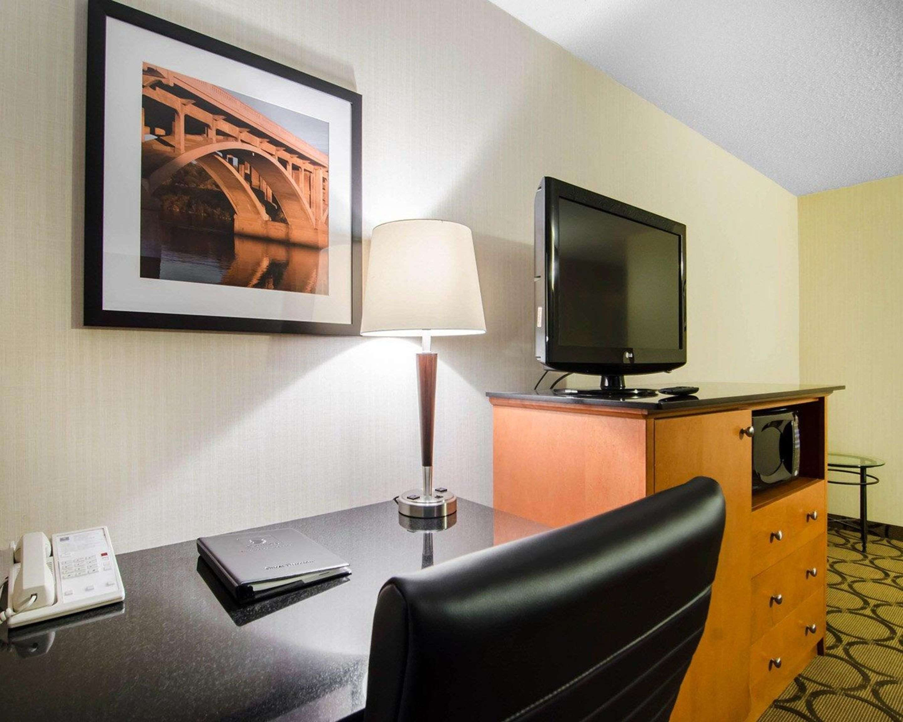 Comfort Inn in Saskatoon: Guest room with flat-screen television