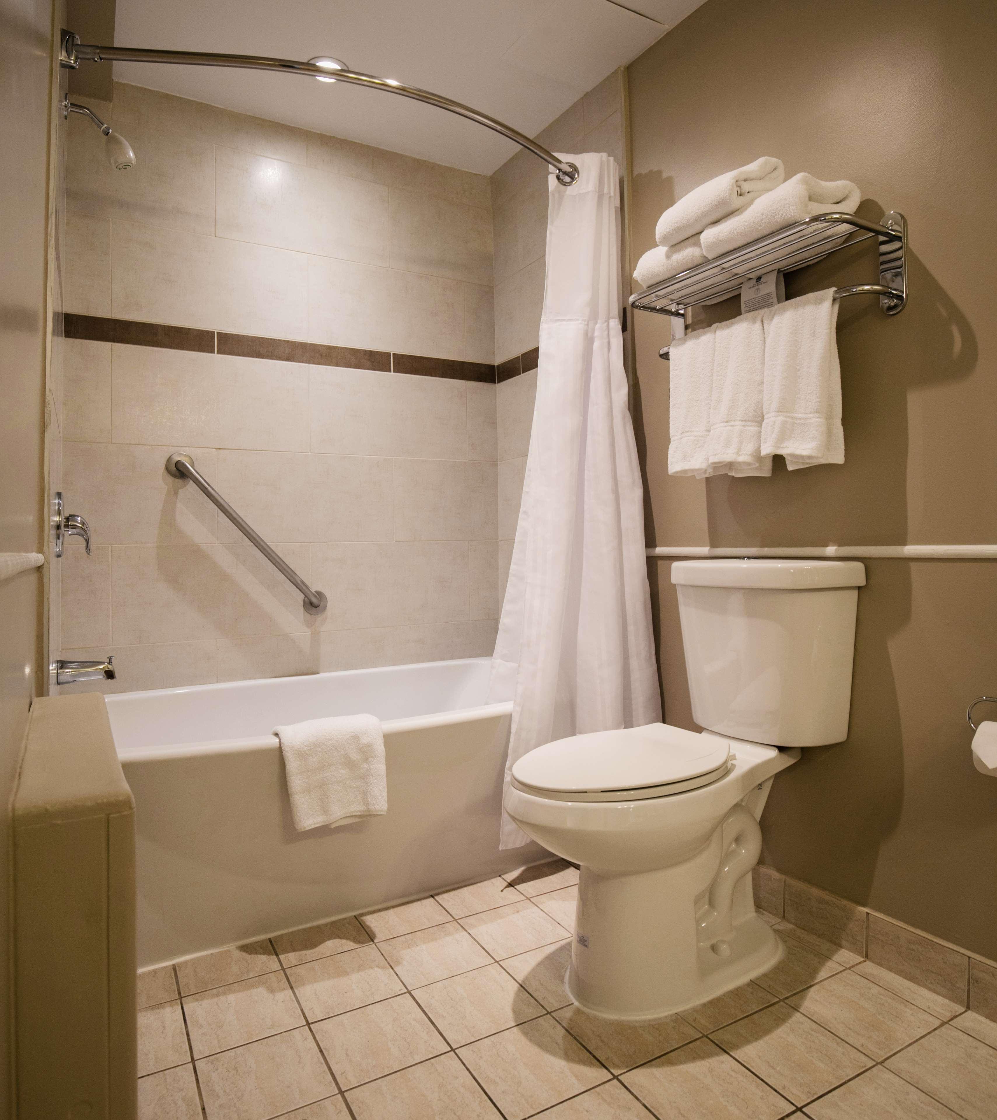 Best Western Ville-Marie Montreal Hotel & Suites à Montreal: Guest Bathroom