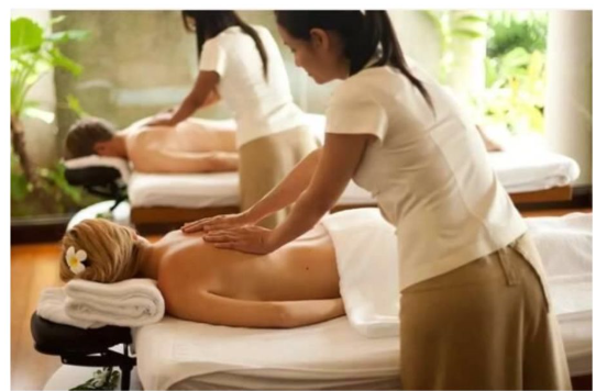 A massage therapist uses different techniques to relax the long, skeletal muscles of the body. There are many movements that the therapist can use, such as long strokes, circular motions, tapping, and kneading. During a hot stone massage, the techniques of a regular massage are applied. However, the therapist also works with hot stones that are placed on specific parts of the body.
