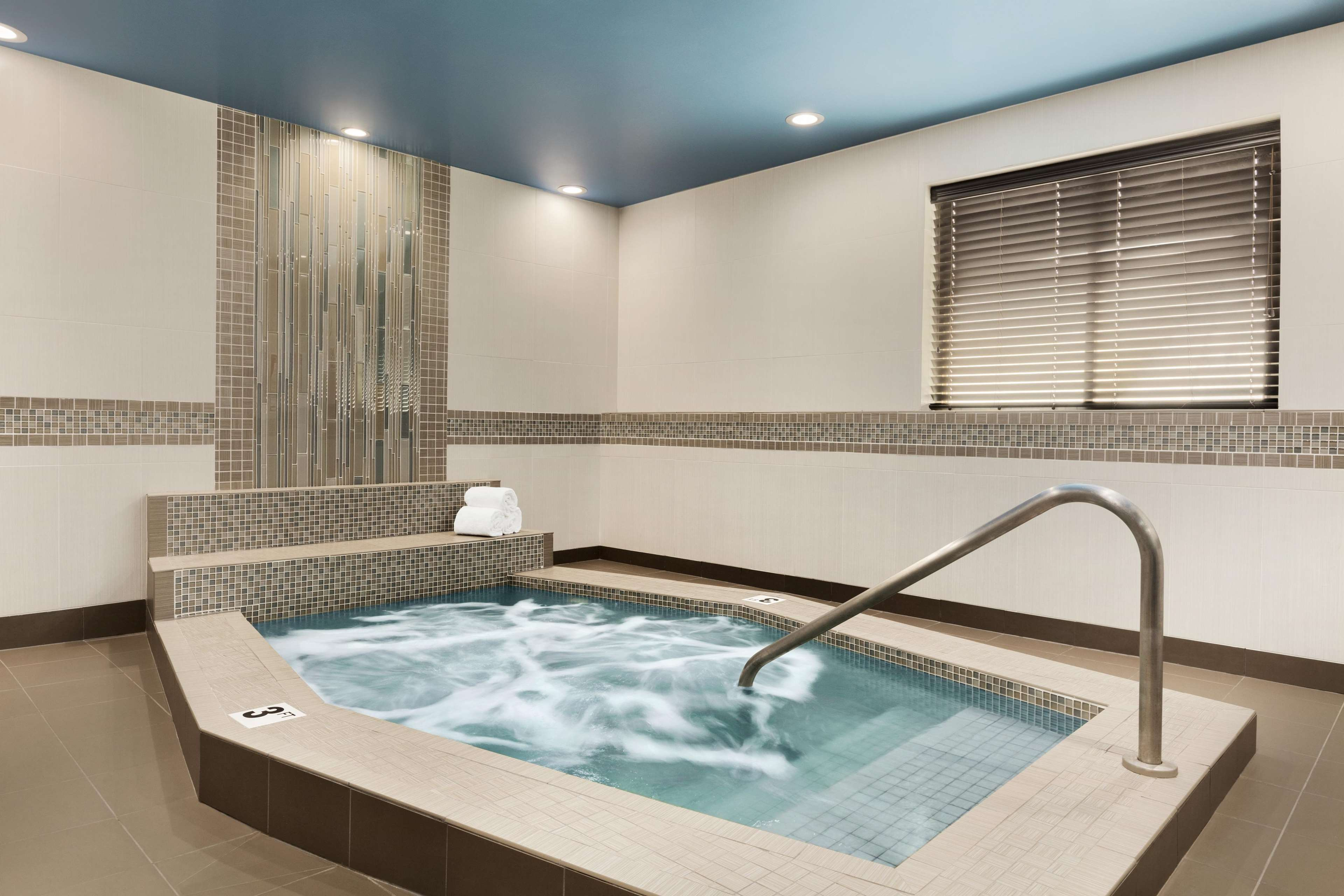 hampton inn portland clackamas in clackamas or hotels. Black Bedroom Furniture Sets. Home Design Ideas