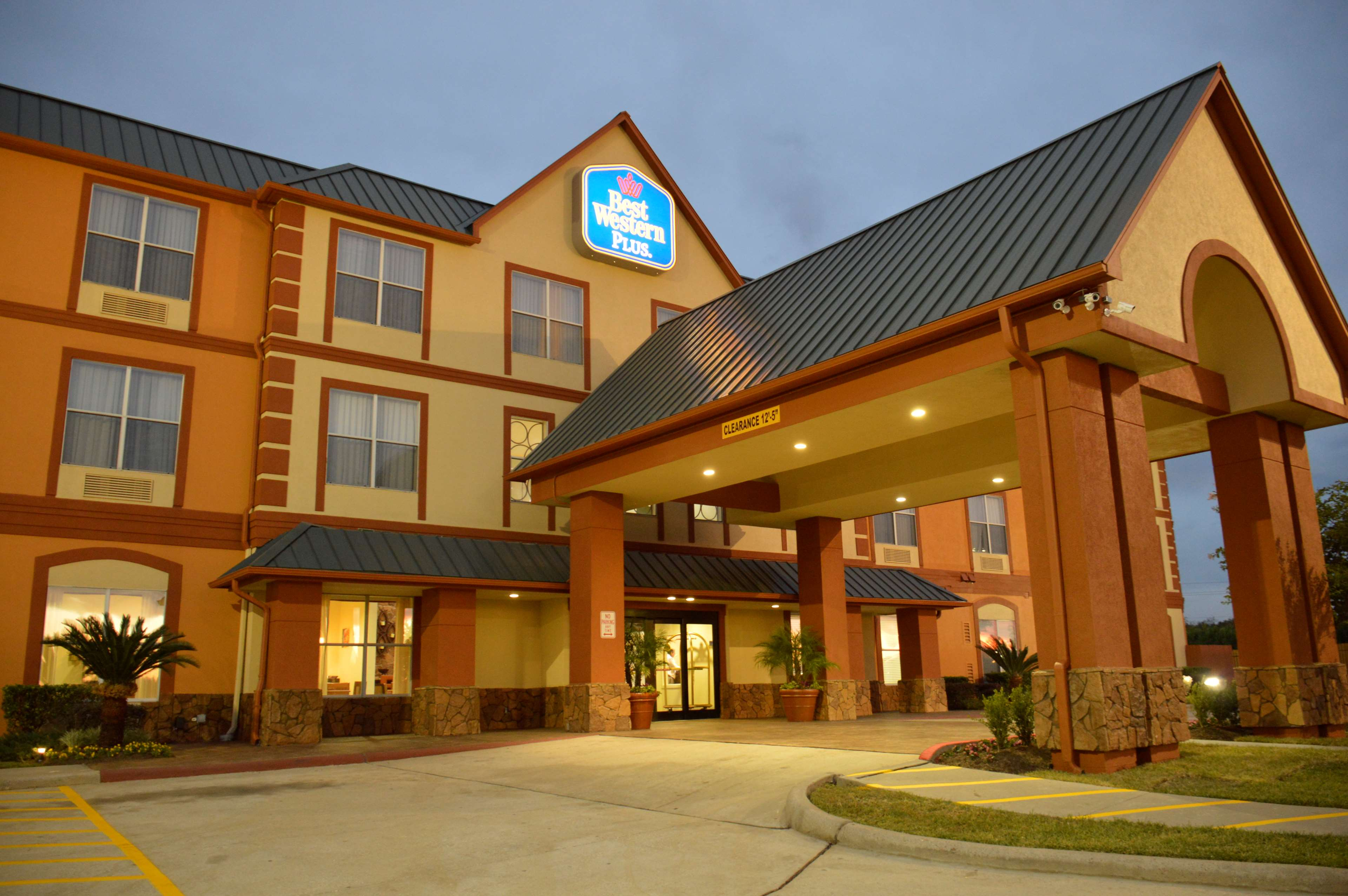 Best western plus hobby airport inn suites houston for Pictures plus houston