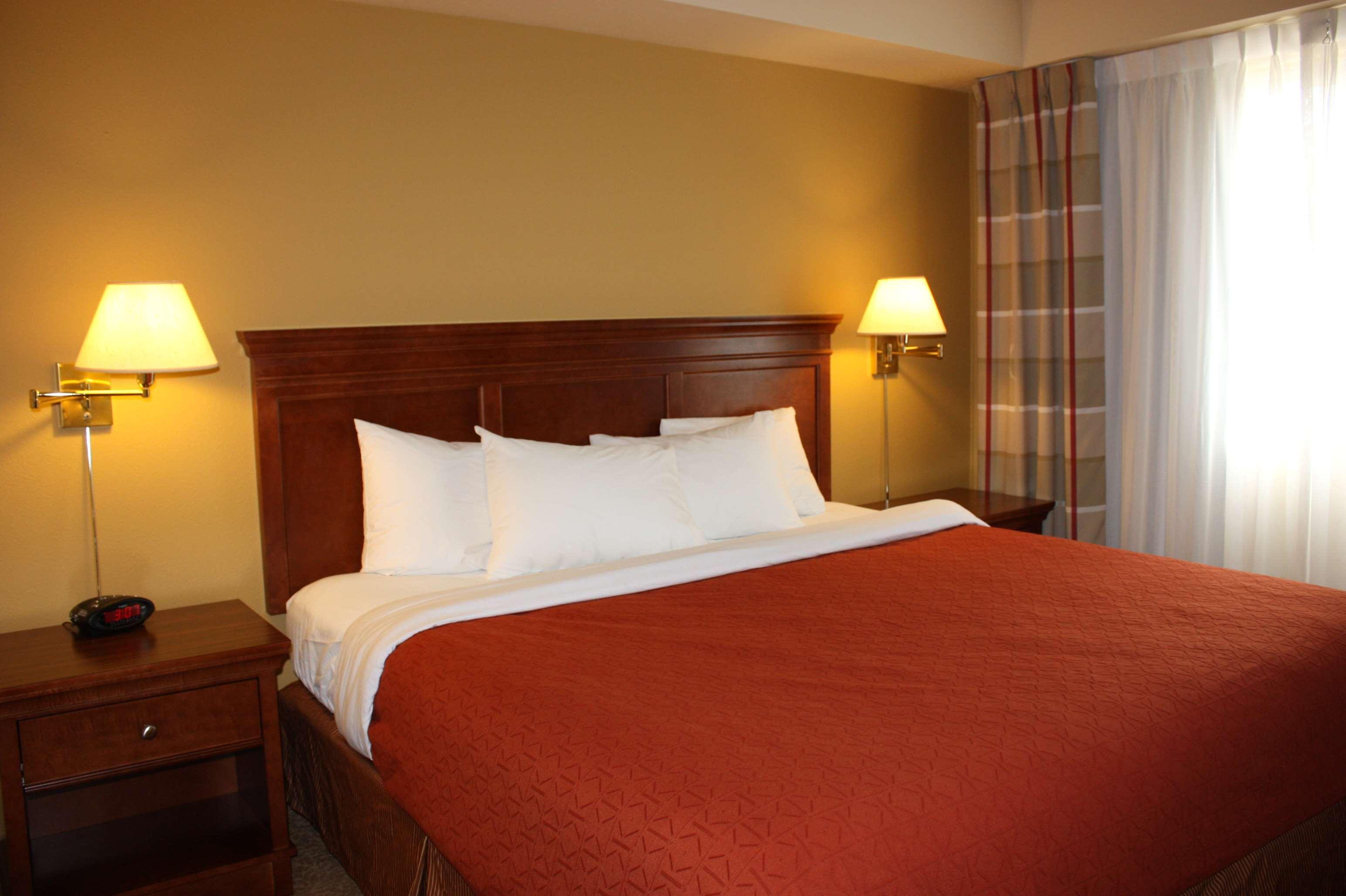 Country Inn & Suites by Radisson, Regina, SK in Regina: Suite Bedroom