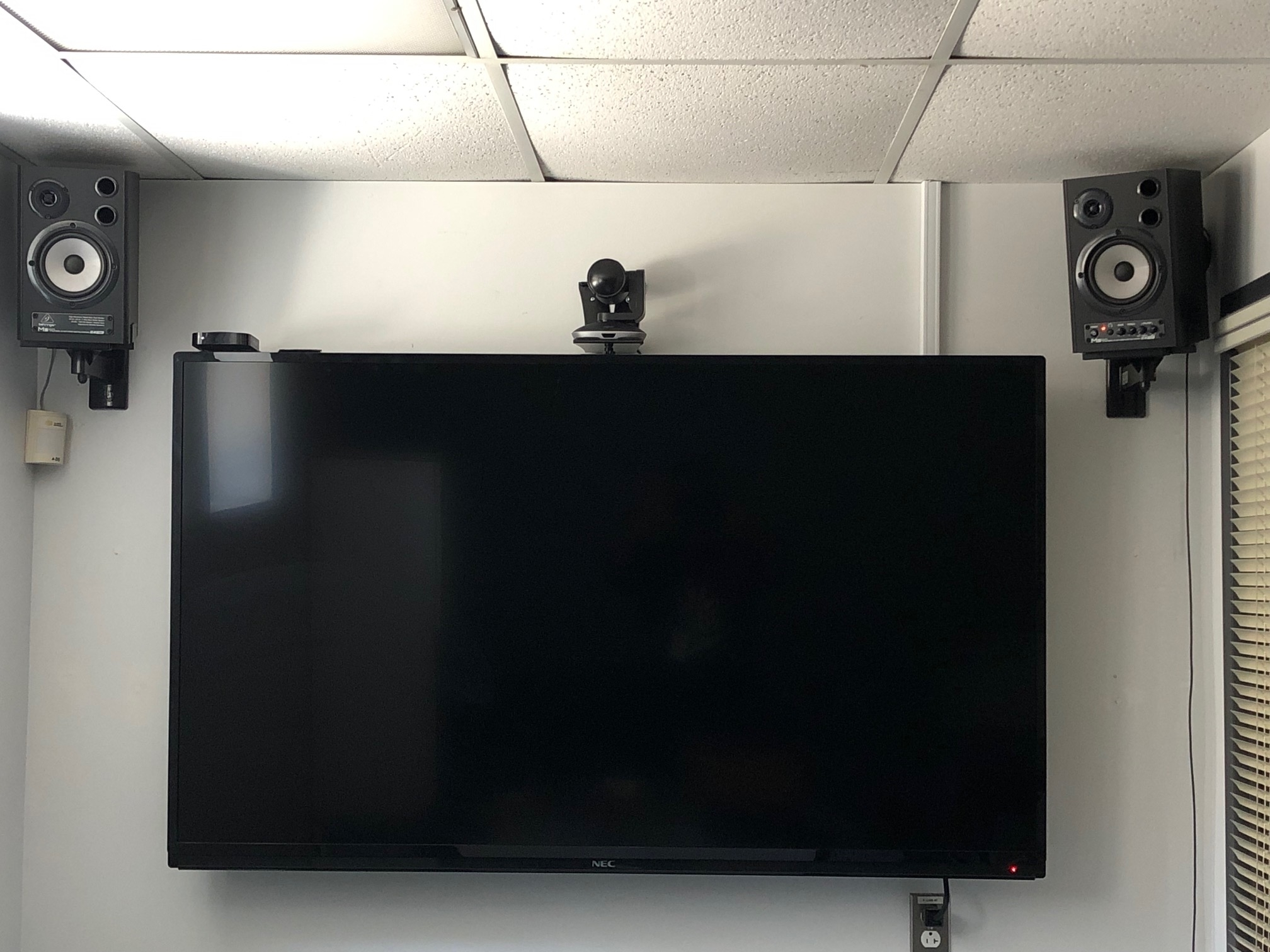 E-lite inc à Montréal: Installation d'écrans avec mini-ordinateur et caméra pour vidéo conférence dans plusieurs bureaux au Collège Stanislas. Autres écrans aussi dans les salles communes avec signage et protection acrylique sur mesure.