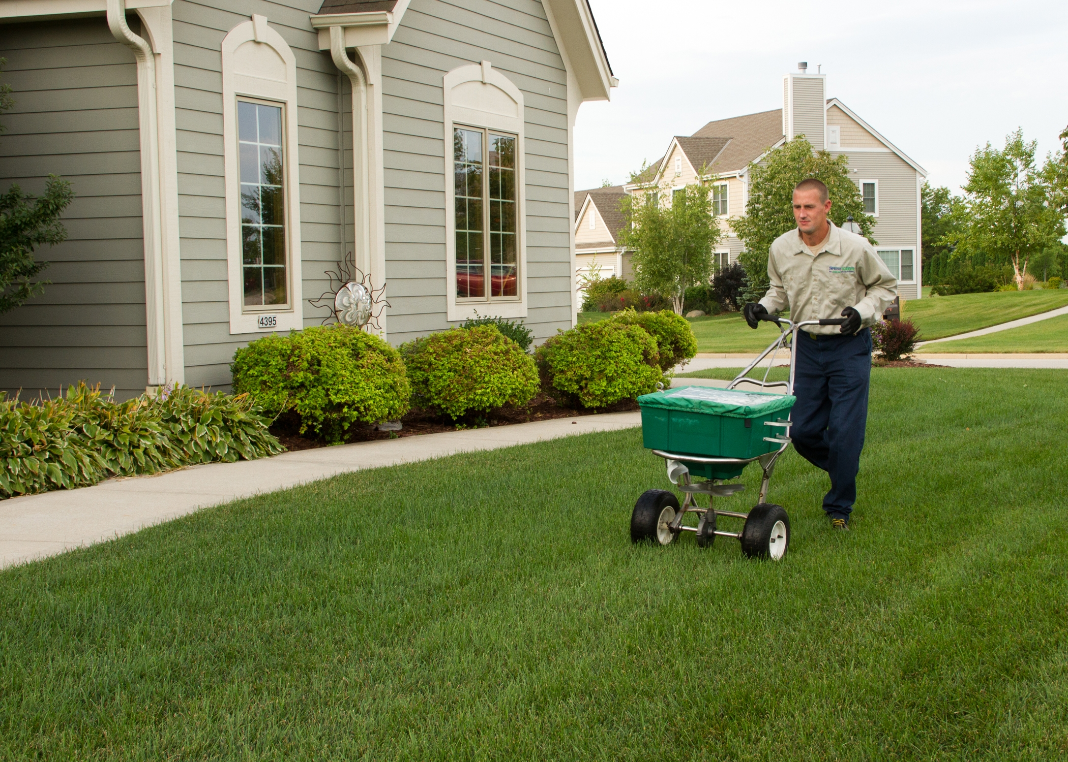 Spring green lawn care galesburg illinois il for Local lawn care services