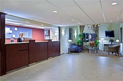 Holiday Inn Express & Suites Portland Airport image 3