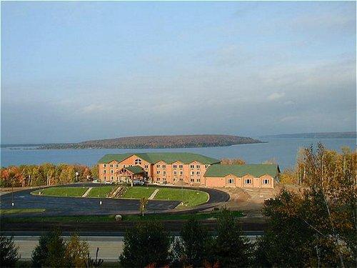 Holiday Inn Express Munising-Lakeview image 0