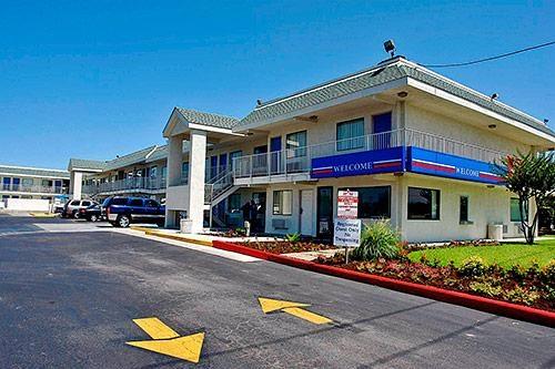 Motel 6 Austin Central - North image 3