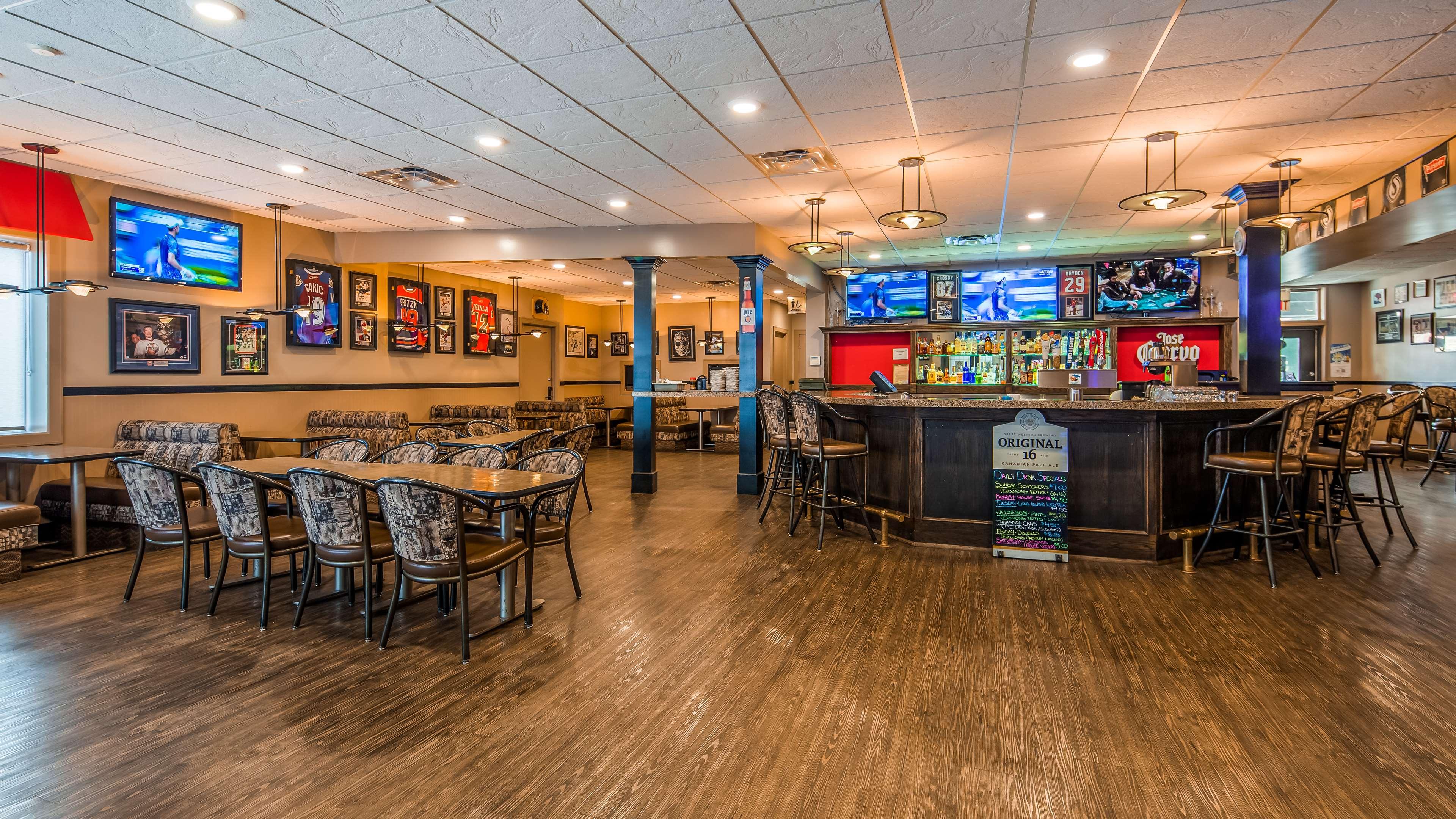 SureStay Plus Hotel by Best Western Seven Oaks in Regina: Ricky's All Day Grill Lounge