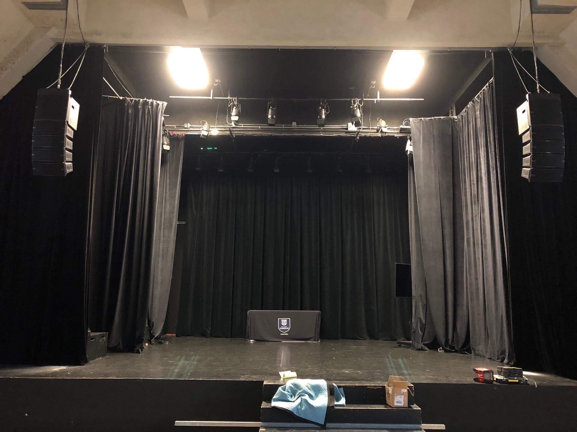 E-lite inc à Montréal: Installation d'un système de sonorisation de type Linearry pour un auditorium dans un établissement scolaire de Montréal. dBTechnologies.