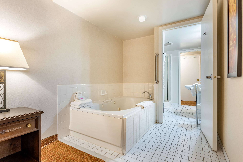 King suite Quality Inn Sarnia (519)344-1157