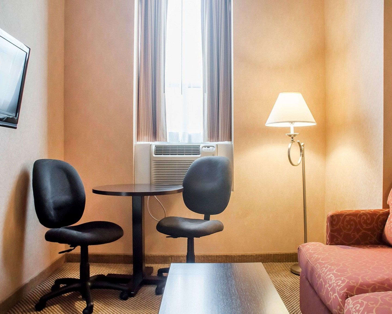 Queen suite with living room Econo Lodge Woodstock (519)533-6066