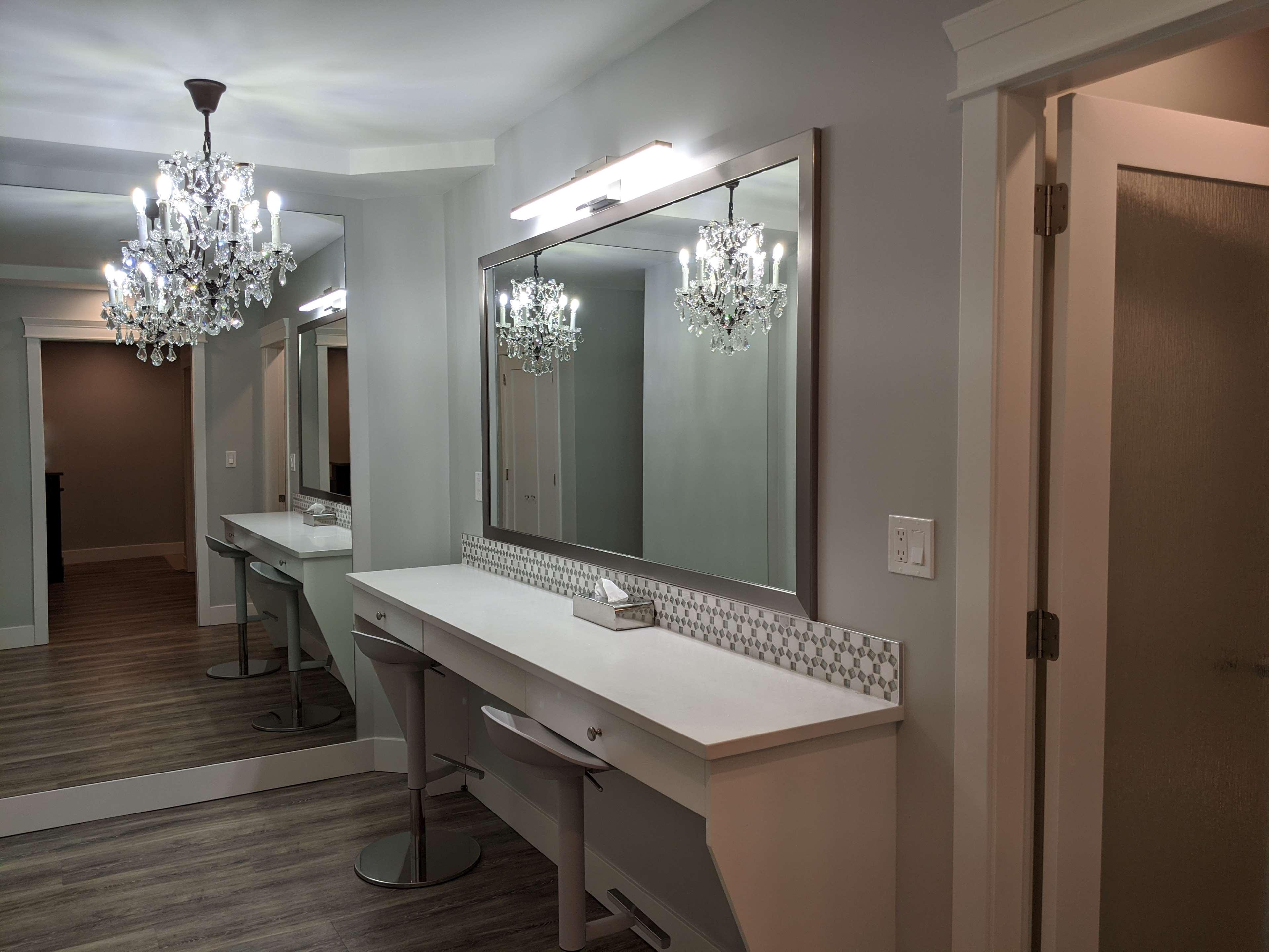Surestay Hotel By Best Western Chilliwack in Chilliwack: King Suite Vanity Area