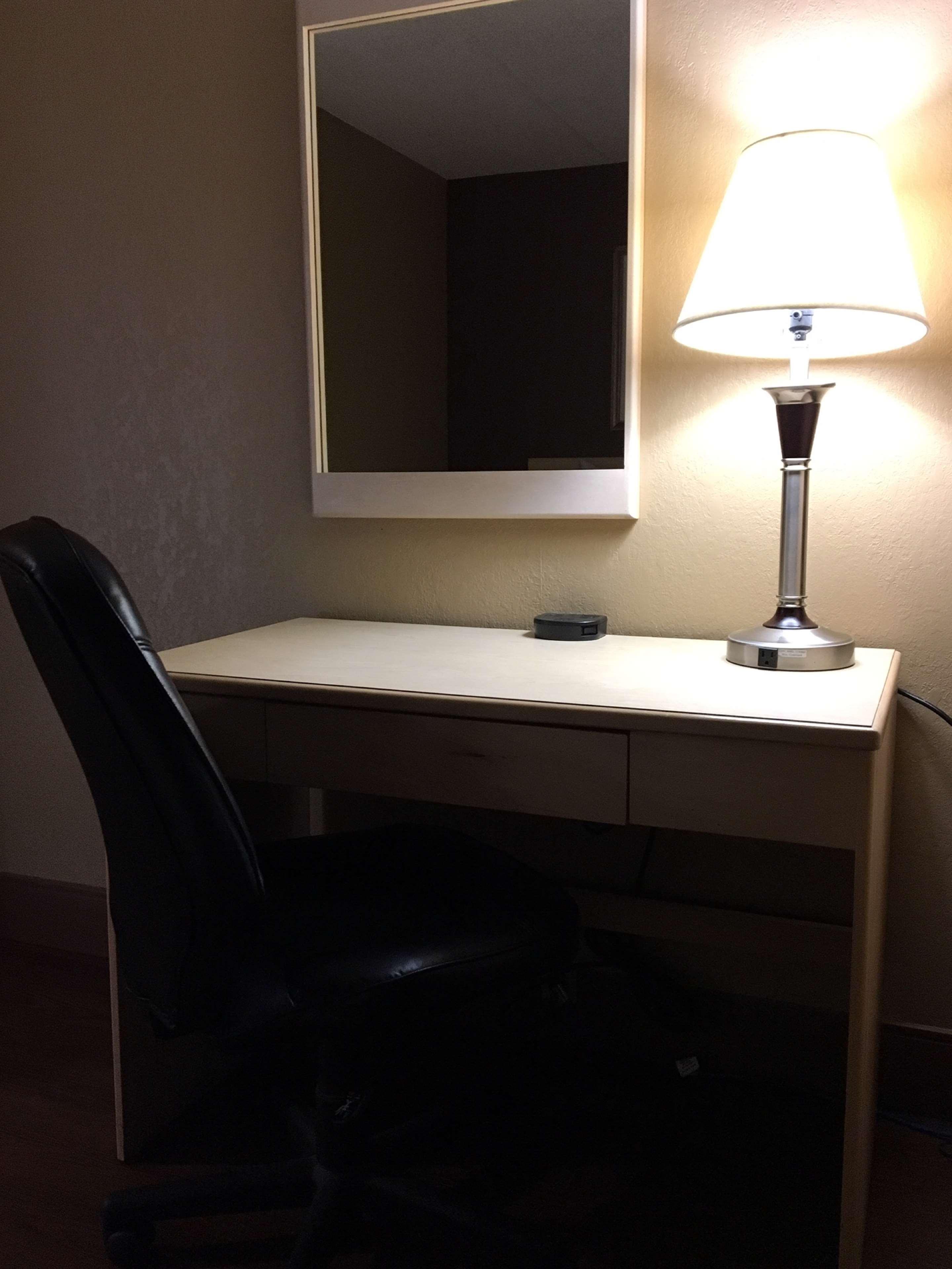 SureStay Plus Hotel by Best Western Seven Oaks in Regina: Work Desk