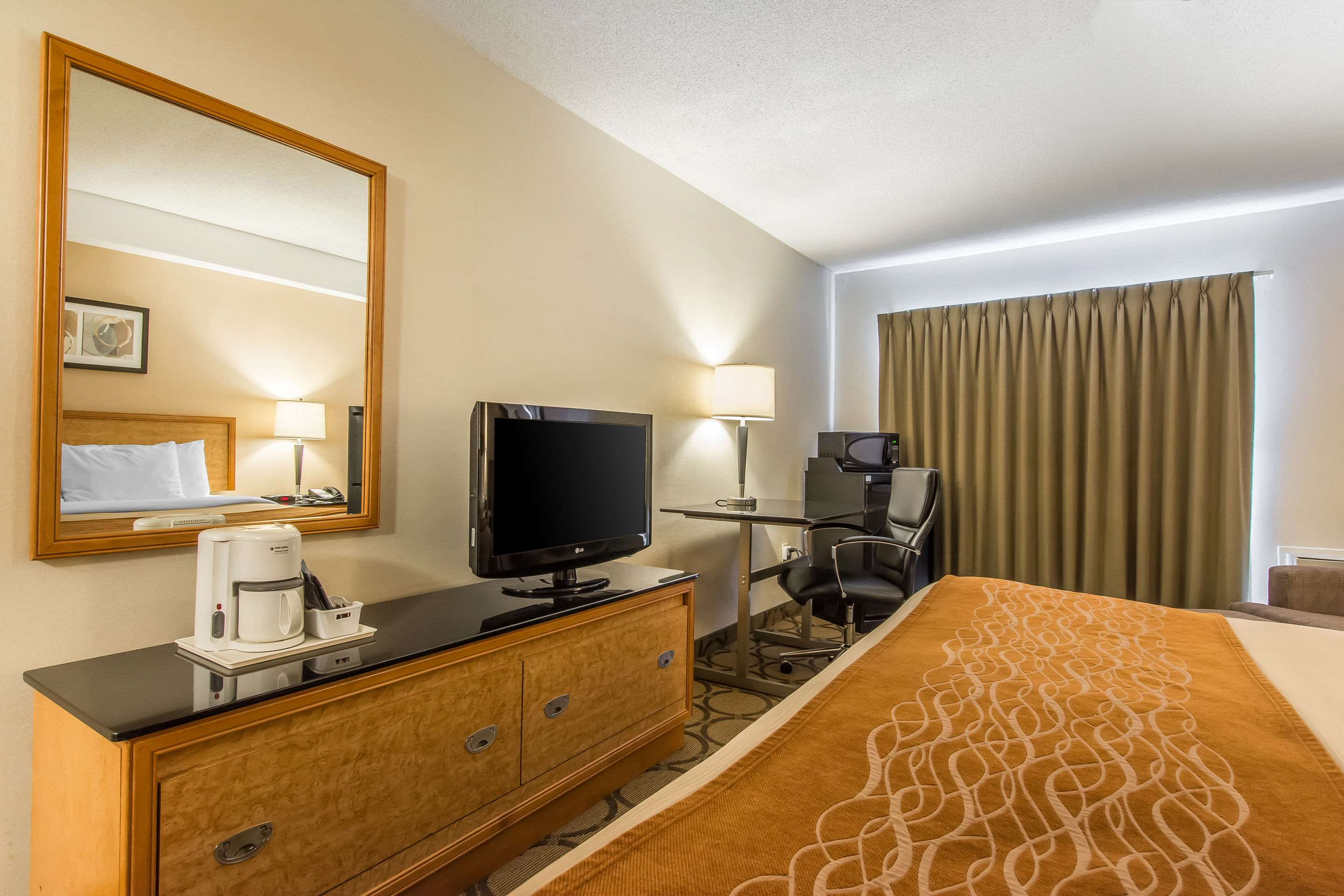 Comfort Inn Magnetic Hill in Moncton: Guest room with king bed(s)