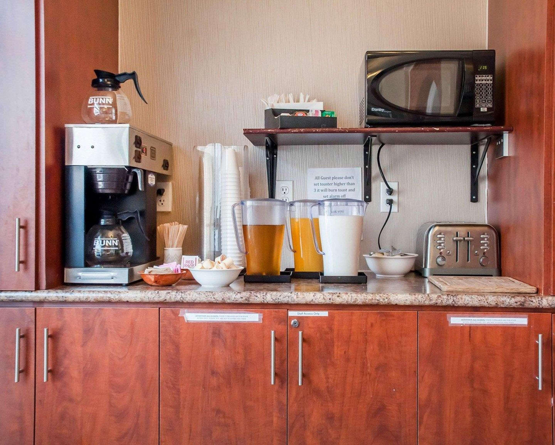 Free breakfast Econo Lodge Woodstock (519)533-6066