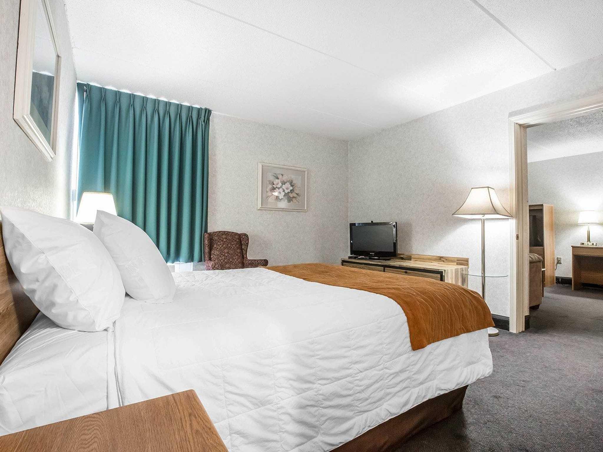econo lodge inn suites in plattsburgh ny 12901. Black Bedroom Furniture Sets. Home Design Ideas