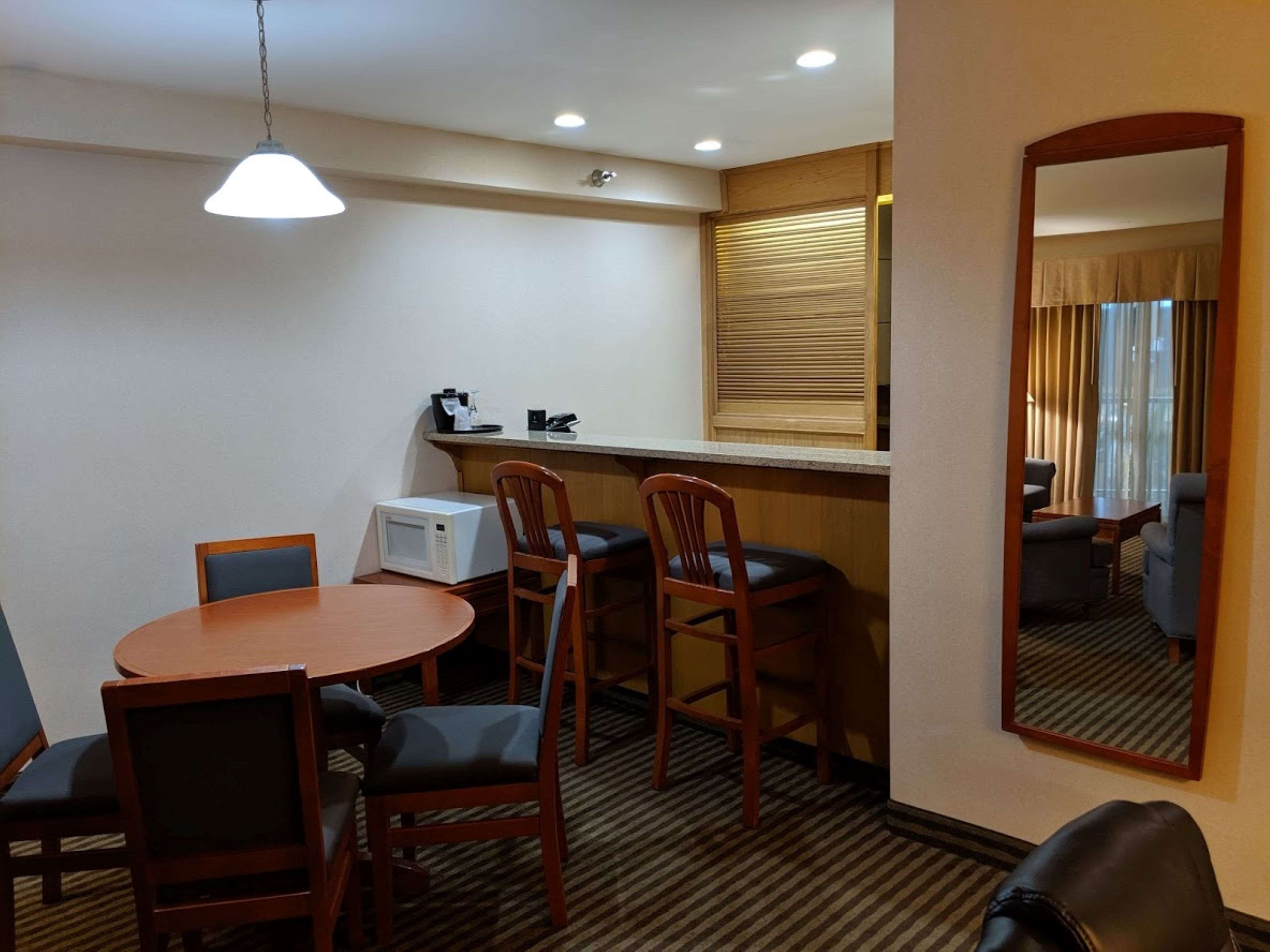 Surestay Hotel By Best Western Chilliwack in Chilliwack: King Suite Atrium Dining Room