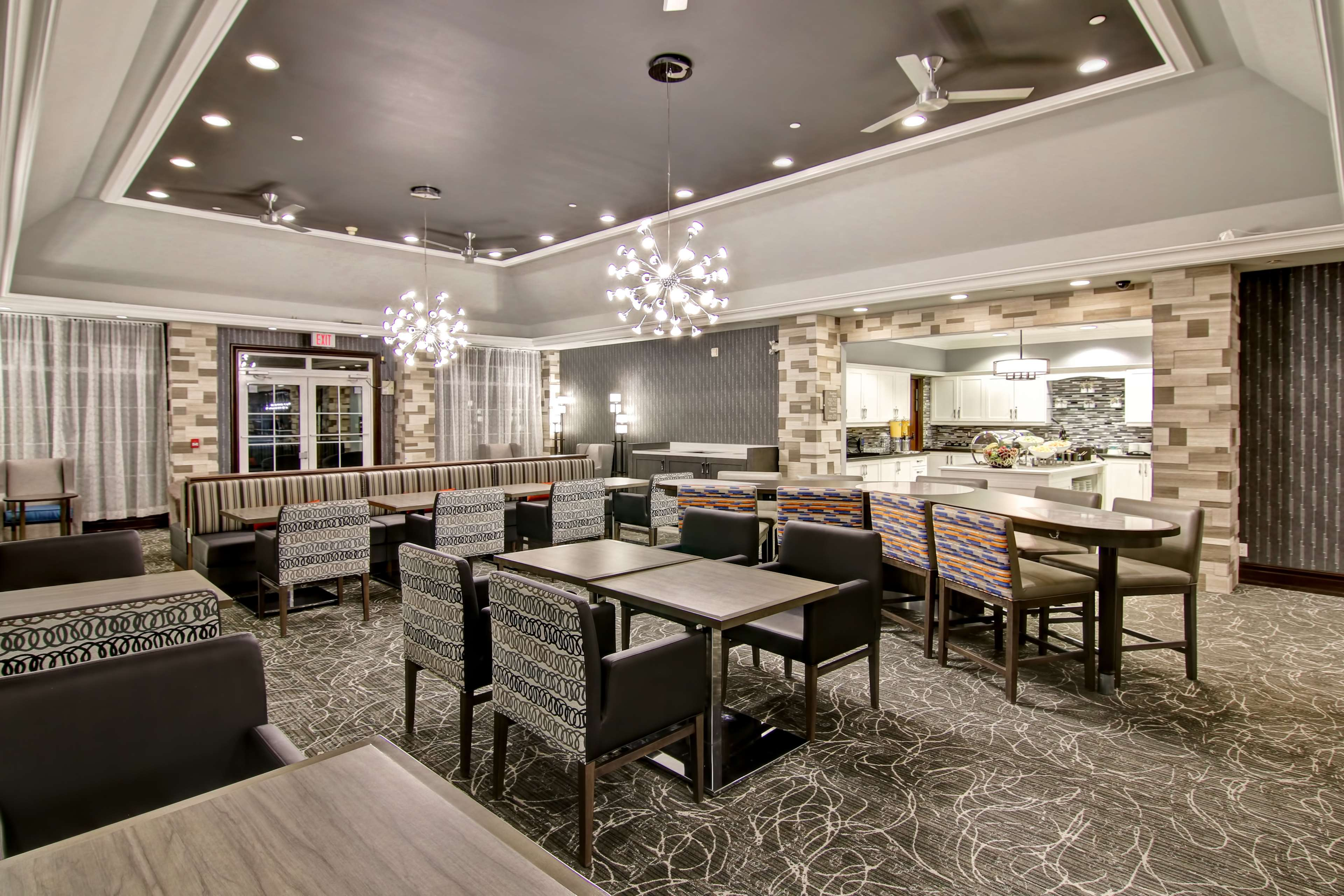 Homewood Suites by Hilton Burlington in Burlington: Lobby