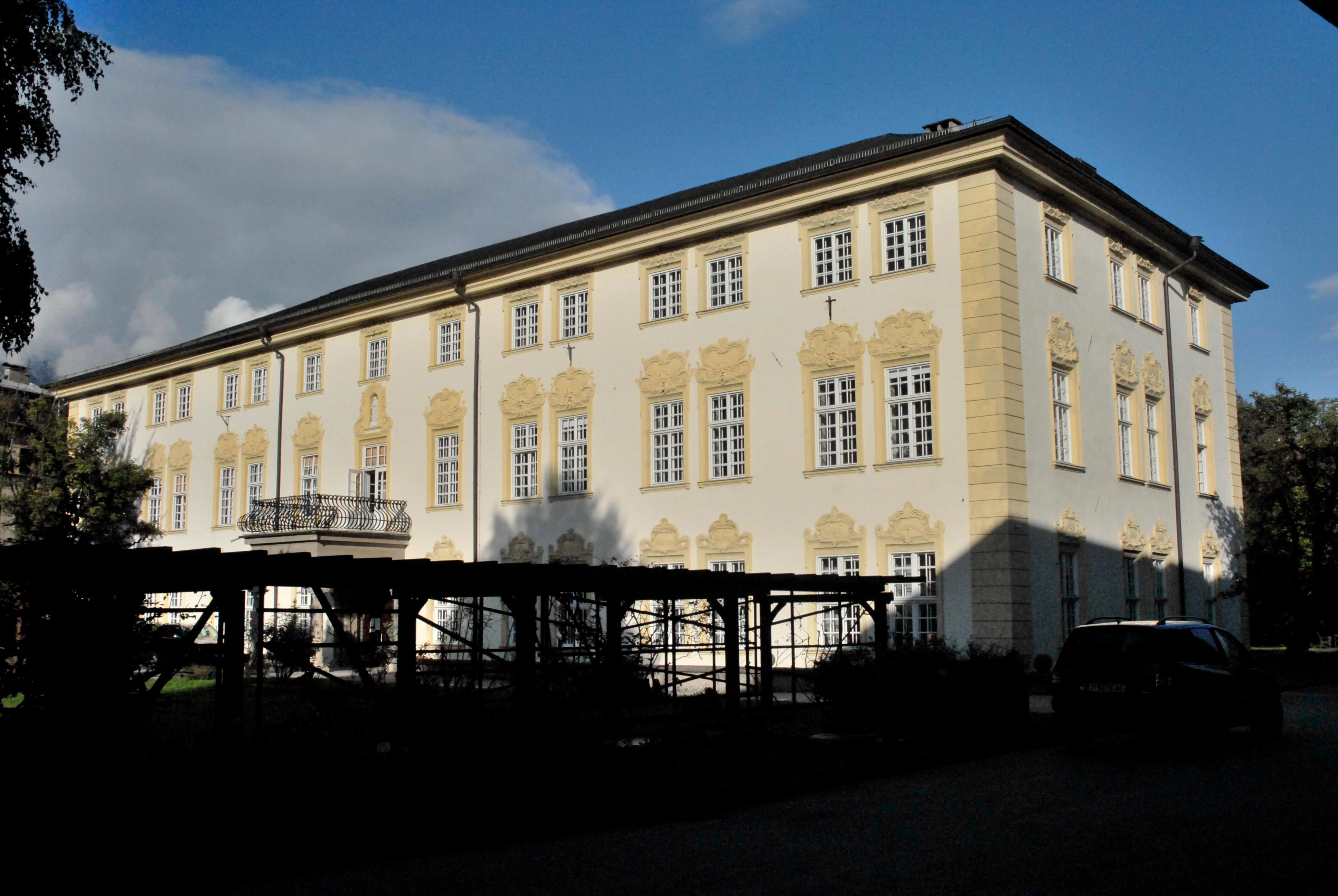 Höhere Bundeslehranstalt - Wirtschaftsferrari u Modeferrari, Fachschule, Aufbaulehrgang