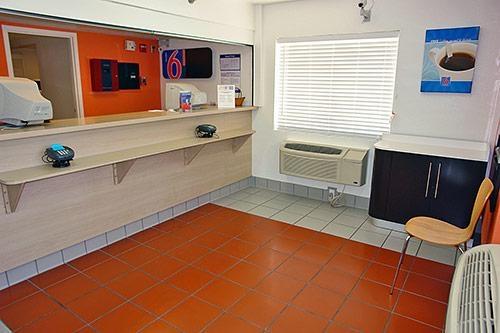 Motel 6 San Antonio - Fiesta image 3
