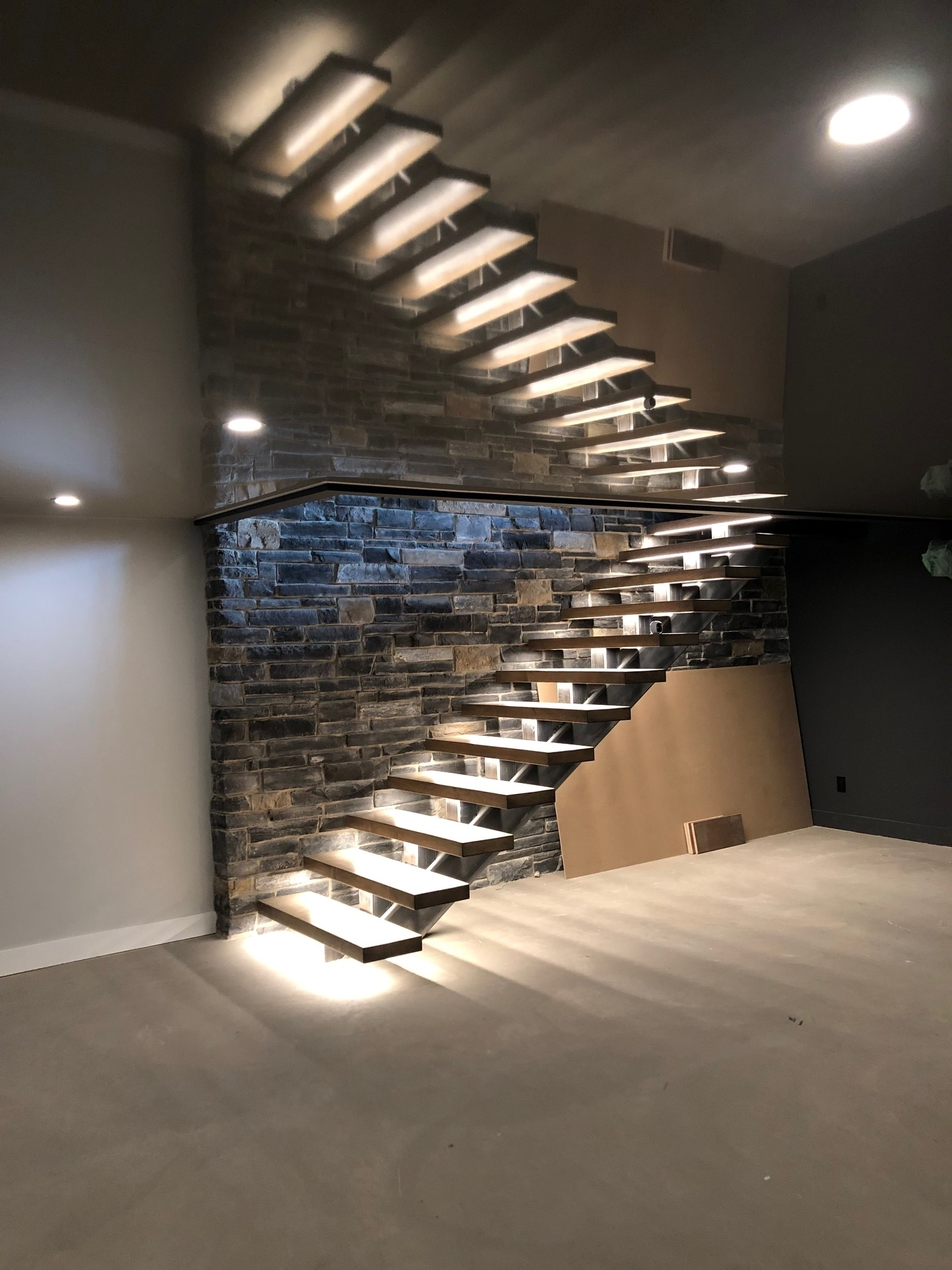 E-lite inc à Montréal: Sale and installation of custom LED lighting integrated with home automation. We have the skills and experience to lead unique design projects.