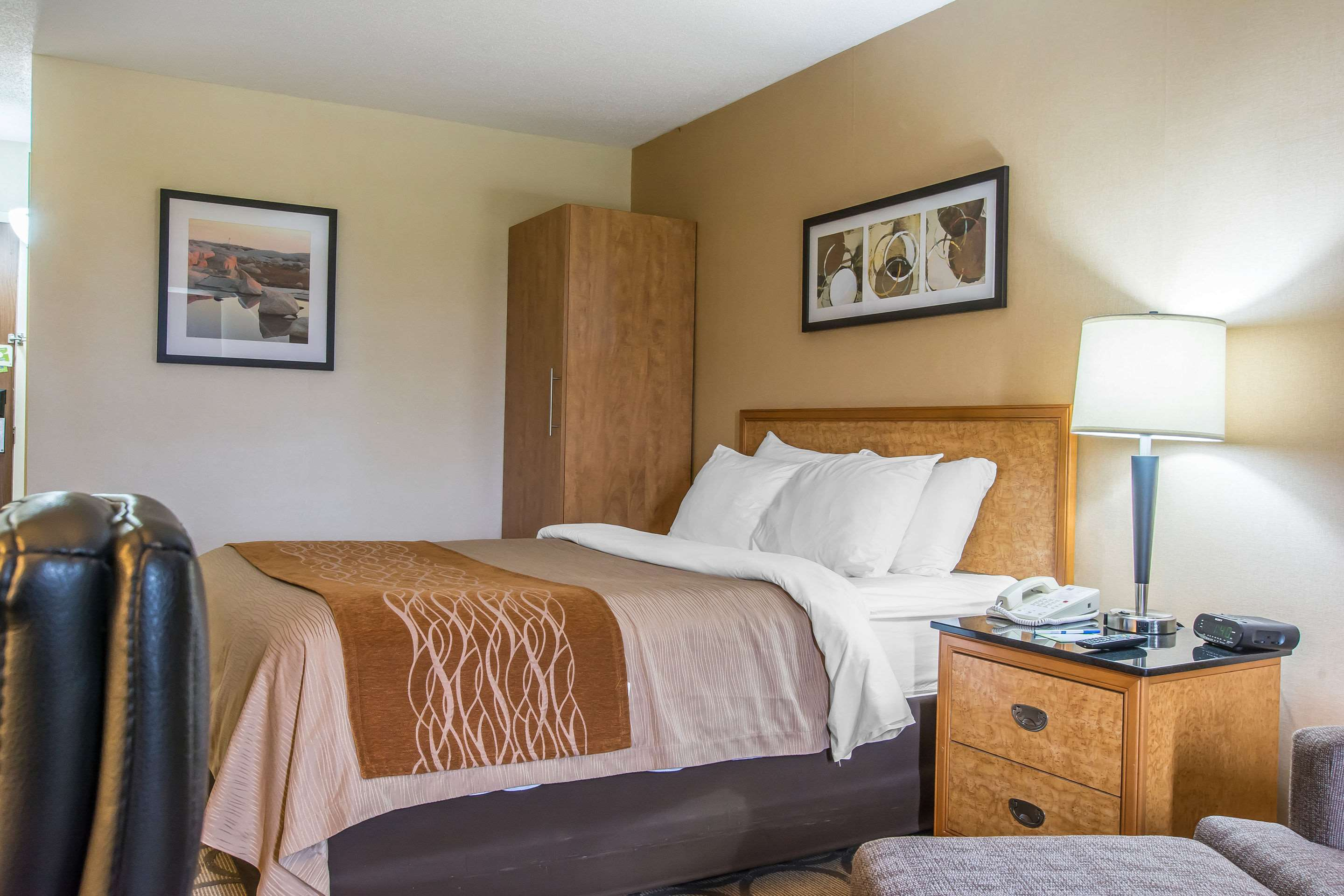 Comfort Inn Magnetic Hill in Moncton: Guest room with queen bed(s)