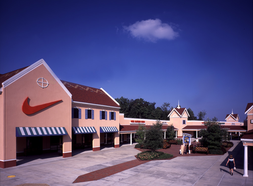This Dawsonville, Georgia hotel is conveniently located right next door to the North Georgia Premium Outlets and minutes from the Lanier Music Park.