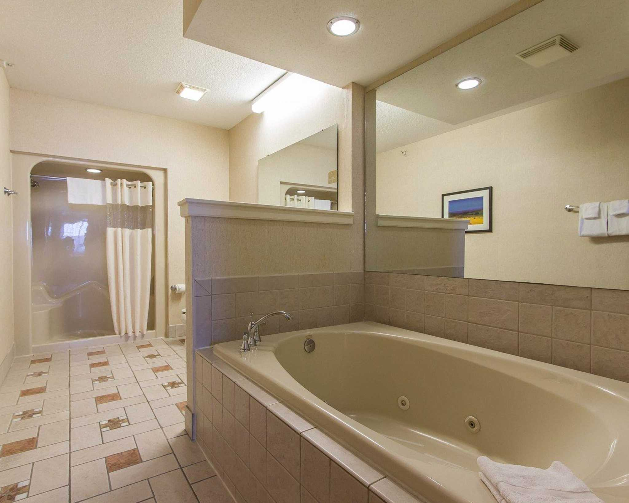 Poolside Hotel Rooms Des Moines Iowa