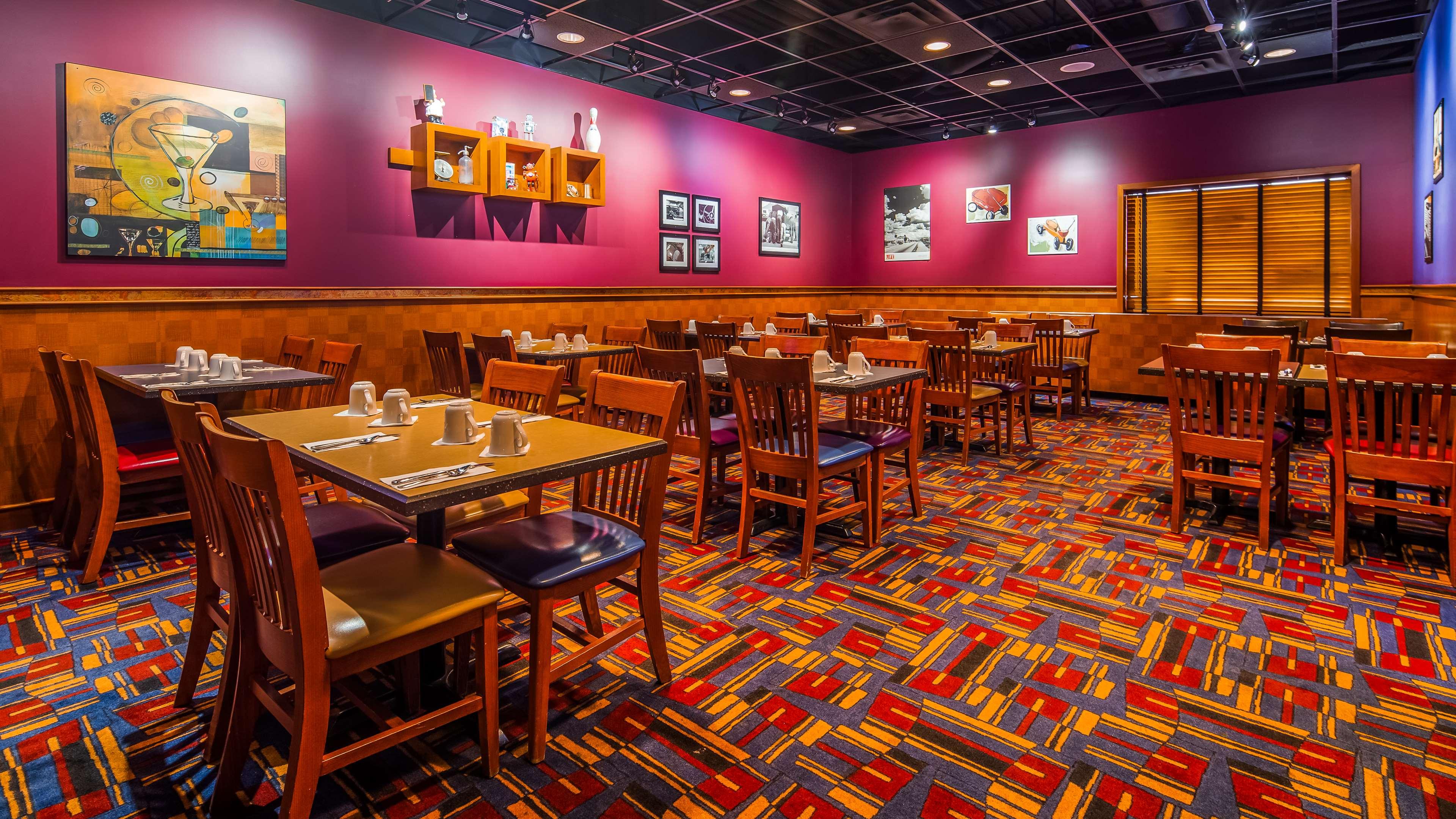 SureStay Plus Hotel by Best Western Seven Oaks in Regina: Ricky's All Day Grill Restaurant