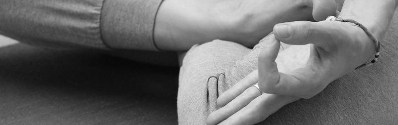 man pijpt zichzelf massage en intiem