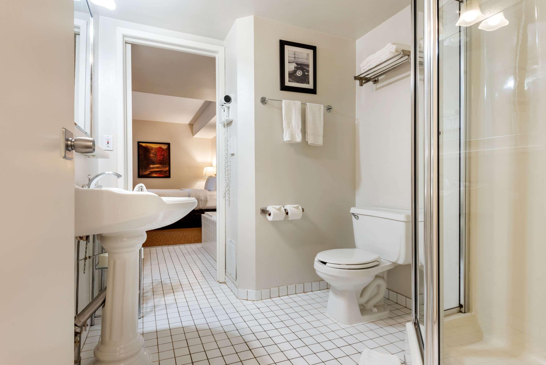 Bath Quality Inn Sarnia (519)344-1157
