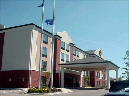 Holiday Inn Express & Suites Milwaukee-New Berlin - ad image