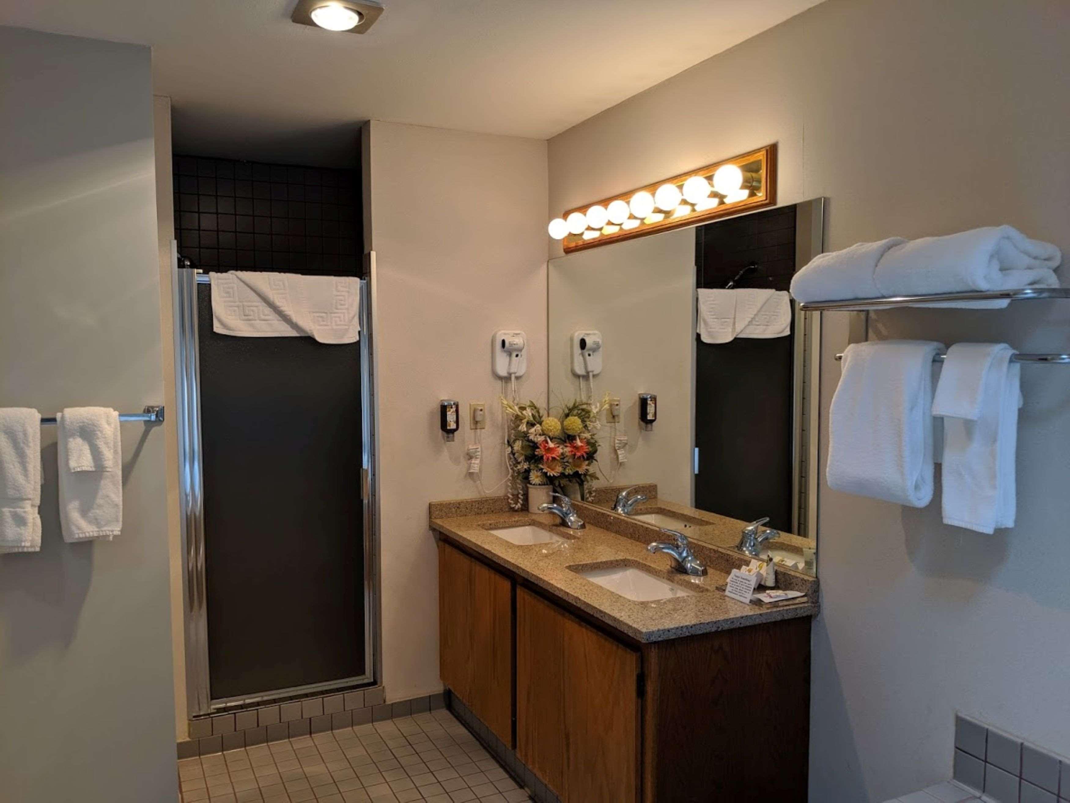 Surestay Hotel By Best Western Chilliwack in Chilliwack: King Suite Atrium Bathroom
