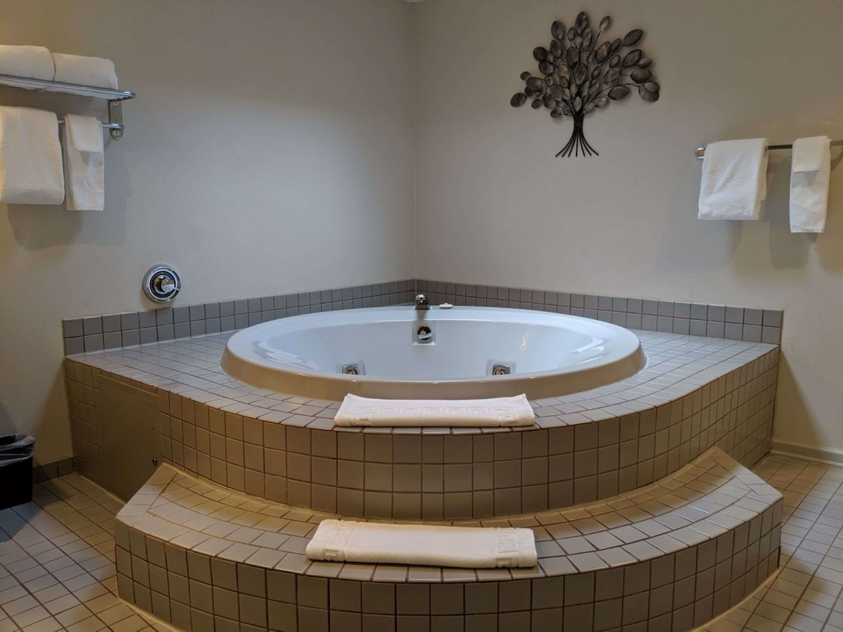 Surestay Hotel By Best Western Chilliwack in Chilliwack: King Suite Atrium Jacuzi Tub
