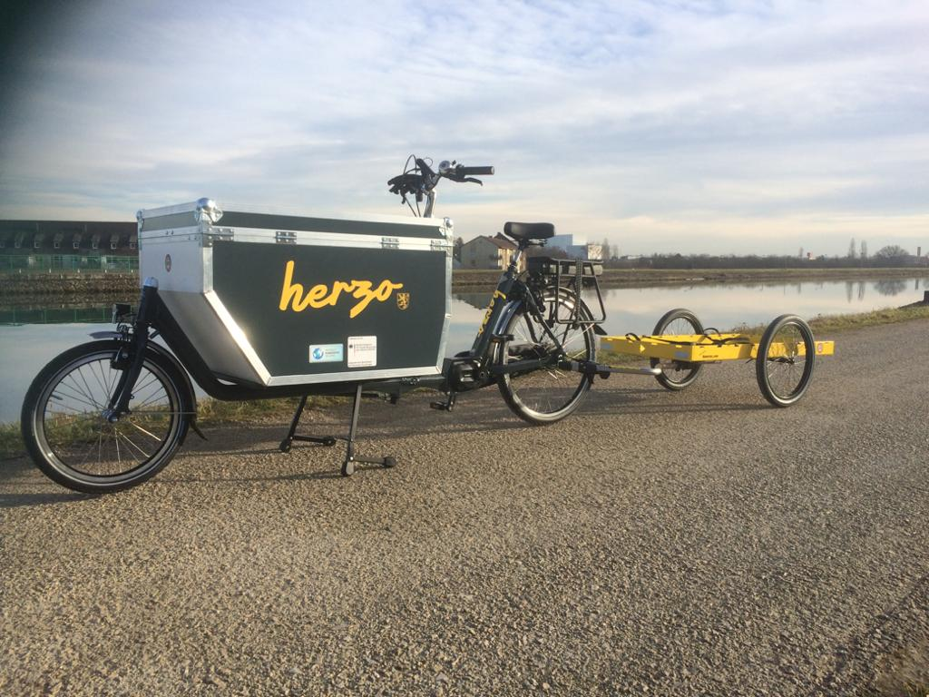 Gewerbe-Referenz: Die Stadt Herzogenaurach hat sich für ein holländisches Lastenrad mit Flightbox und Anhänger entschieden, welches zu 30 % vom Staat finanziert wurde.
