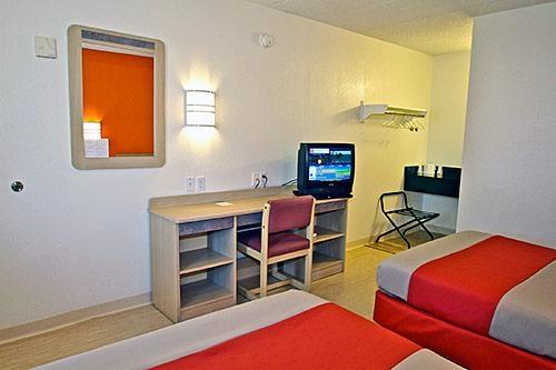 Motel 6 Chicago Southwest - Aurora image 1