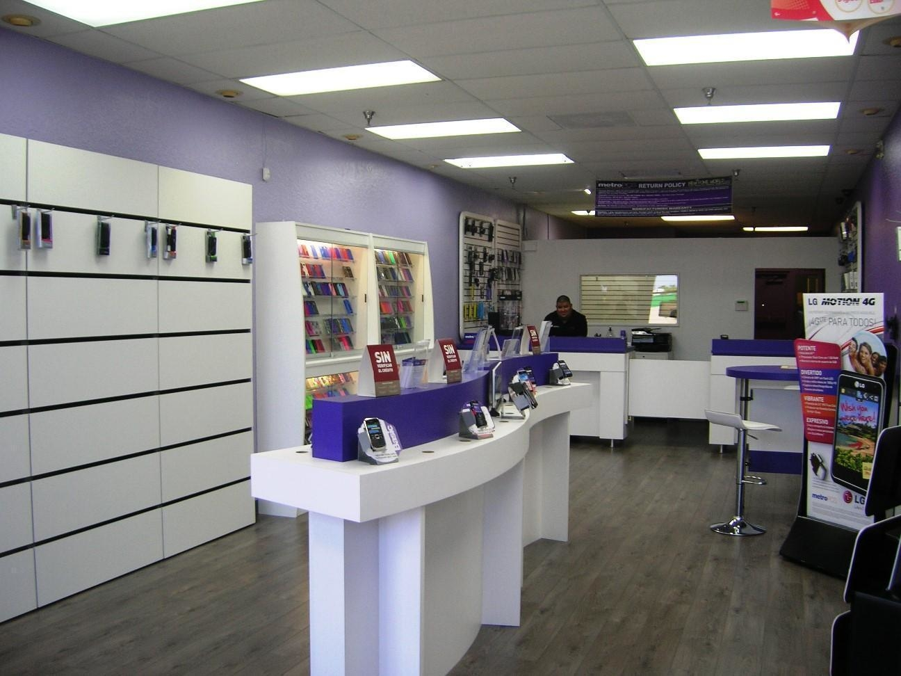 Metro PCS Stores in Houston. If you are looking for a new wireless device, you should visit one of the Metro PCS stores in Houston. First-time cell phone buyers can often find themselves overwhelmed with options. There are many carriers, plans, and phones available on the market. Try to find a small carrier with a local presence.