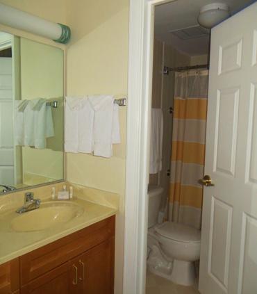 Center City Philadelphia Hotel - Residence Inn by Marriott Philadelphia Center City - Guest Bathroom