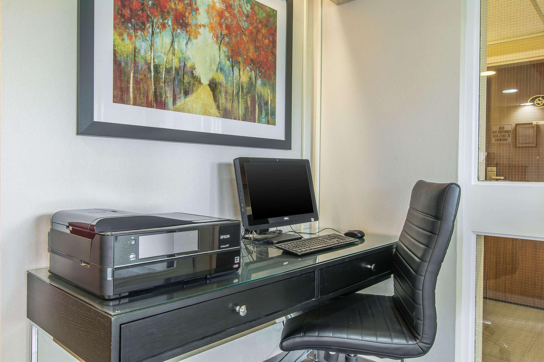 Comfort Inn Magnetic Hill in Moncton: Business center