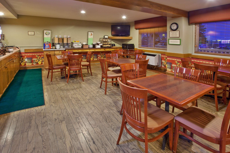 Country Inn & Suites by Radisson, Regina, SK in Regina: Breakfast Area