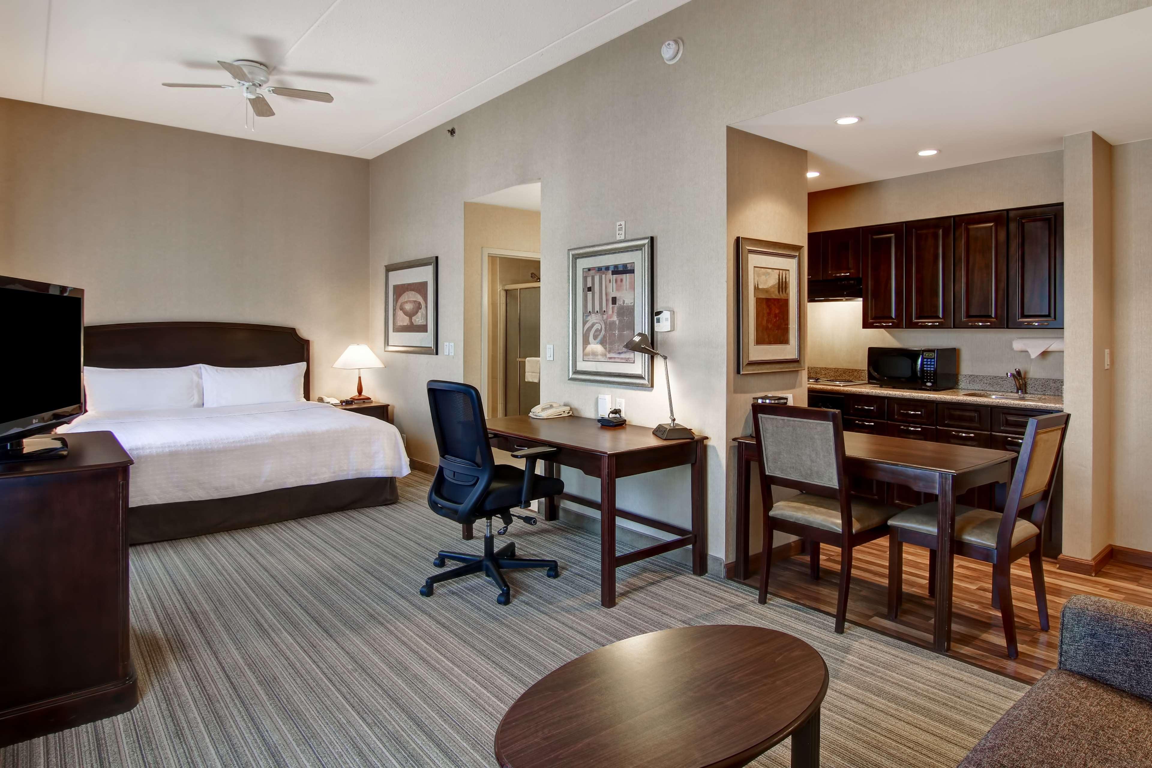 Homewood Suites by Hilton Burlington in Burlington: Guest room