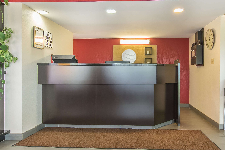 Comfort Inn Magnetic Hill in Moncton: Front desk
