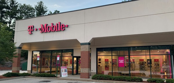 Exterior photo of T-Mobile Store at Rt 101a & Somerset Pkwy, Nashua, NH