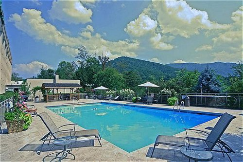 holiday inn asheville biltmore east in asheville nc. Black Bedroom Furniture Sets. Home Design Ideas