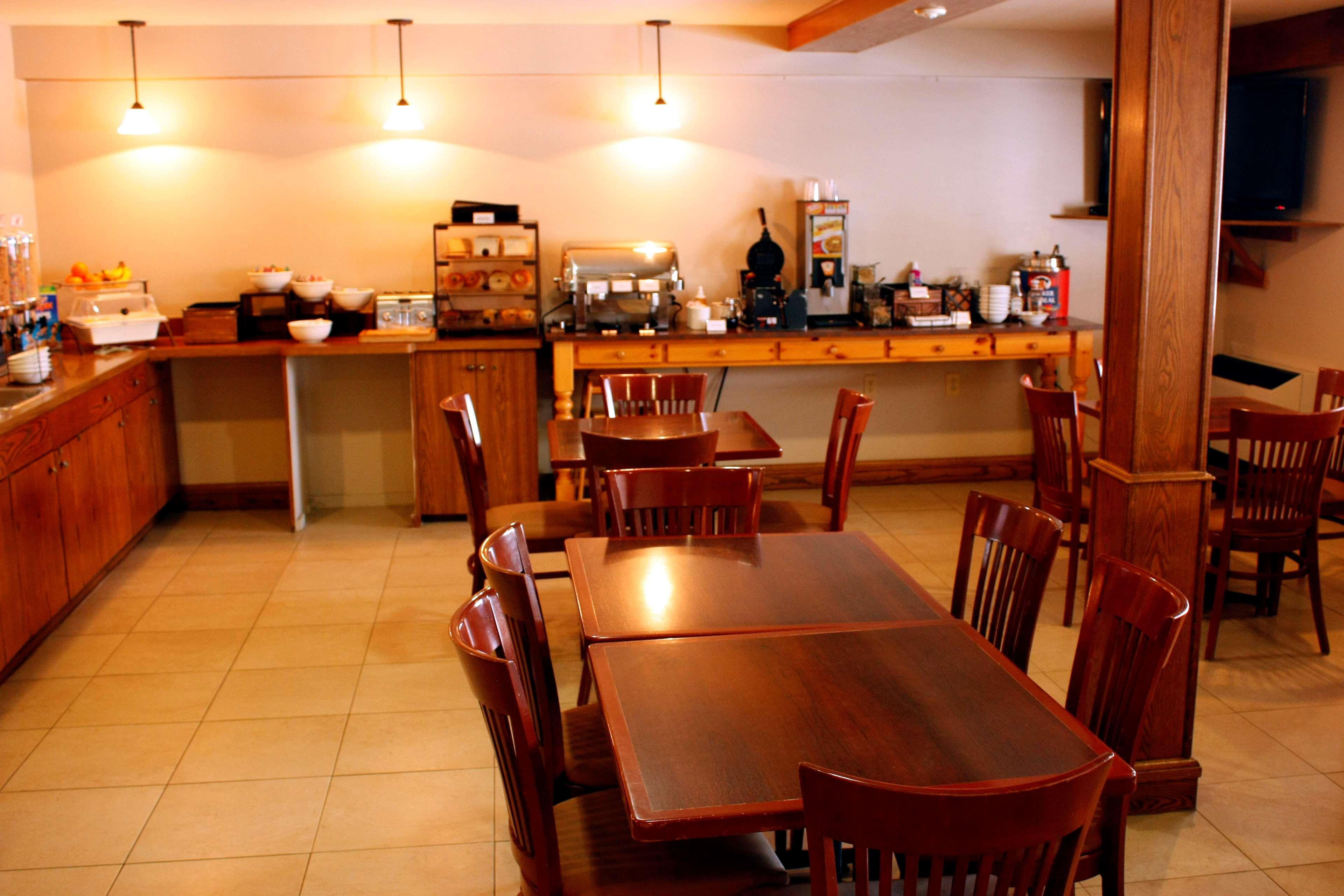 Country Inn & Suites by Radisson, Saskatoon, SK in Saskatoon: Breakfast Area