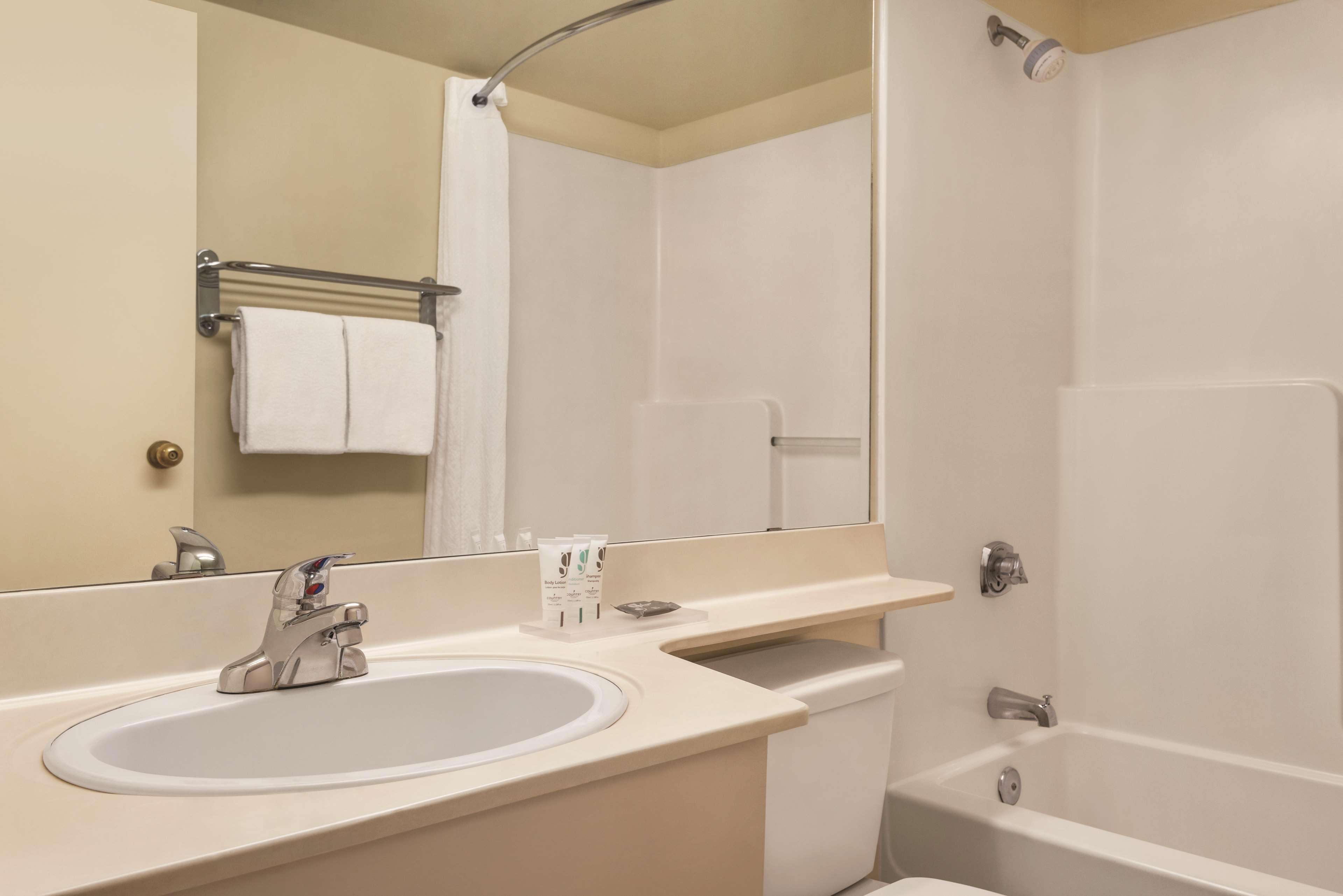 Country Inn & Suites by Radisson, Saskatoon, SK in Saskatoon: Guest Bathroom